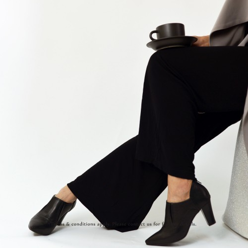 V-shaped oblique cut with leather high boots | Black | RS6111A